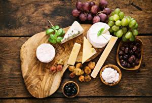 Обои Сыры Оливки Виноград Инжир Разделочная доска Еда