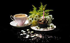 Фотографии Кофе Пирожное Букеты Ромашки Черный фон Чашка Пища