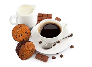 Фотография Кофе Капкейк кекс Молоко Шоколад Белом фоне Чашка Ложка Кувшины Зерно Еда