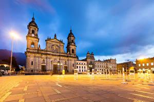 Картинки Колумбия Храмы Вечер Городская площадь Уличные фонари Bogota Города