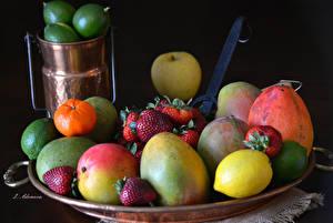 Обои Фрукты Лимоны Манго Клубника На черном фоне Продукты питания