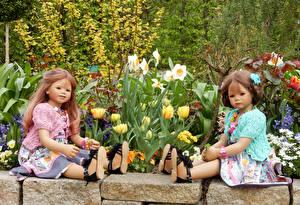 Фото Германия Парки Тюльпаны Нарциссы Кукла Девочки Вдвоем Сидящие Grugapark Essen Природа