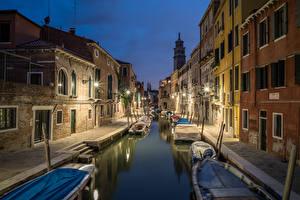 Картинка Италия Дома Причалы Лодки Венеция Водный канал Ночь Уличные фонари