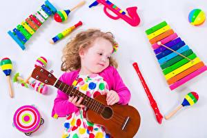 Обои Музыкальные инструменты Игрушки Белый фон Девочки Гитара Дети