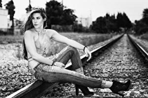 Картинки Железные дороги Сидя Джинсы Рельсы Черно белое молодая женщина