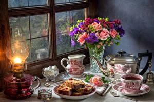 Фотография Натюрморт Букеты Розы Чайник Чай Кекс Молоко Керосиновая лампа Вазы Чашке Кувшин Окна Пища Цветы