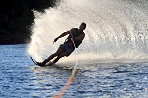 Картинки Серфинг Мужчины Вода Брызги