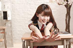 Фото Азиаты Парта Школьницы Руки Смех Улыбка Шатенка Девушки