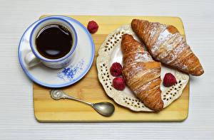 Фотографии Круассан Кофе Малина Разделочная доска Чашка Тарелка Ложка Завтрак