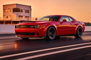 Фотографии Додж Красный Металлик Едущий 2018 Challenger SRT Demon автомобиль