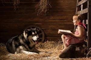 Обои для рабочего стола Собака Хаски Девочки Сидящие Улыбается Книга Читает животное Животные