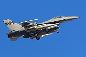 Фотография Самолеты Истребители F-16 Fighting Falcon Цветной фон Американские F-16C Авиация