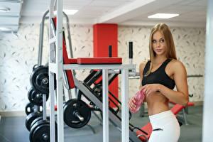 Картинки Фитнес Физическое упражнение Смотрит Спортзал молодые женщины Спорт