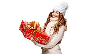 Картинки Подарки Шапки Улыбка Белый фон Шатенка Девушки