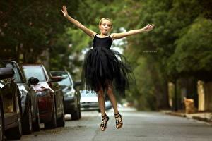 Картинка Девочки Платье Прыжок Julia Altork