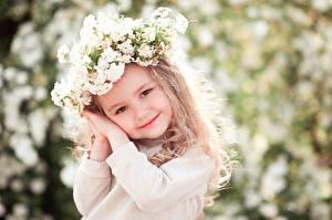 Картинка Девочки Улыбается Лицо Руки Милая ребёнок