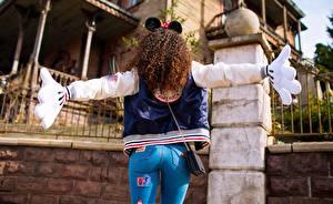 Картинки Красивые Шатенка Микки Маус костюм Вид Джинсы MAVRIN Девушки