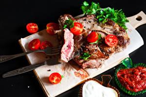 Картинки Мясные продукты Томаты Нож Черный фон Разделочная доска Кетчуп Вилка столовая