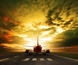 Картинки Самолеты Небо Вечер Пассажирские Самолеты Облака