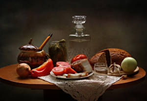 Обои Натюрморт Хлеб Помидоры Лук репчатый Водка Чеснок Перец Сало Рюмка Еда