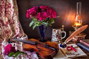 Фото Натюрморт Пионы Керосиновая лампа Скрипки Ноты Ваза Очки Кружка Цветы