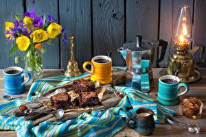 Фото Натюрморт Лютик Кофе Пирожное Керосиновая лампа Чайник Доски Стенка Чашка Продукты питания