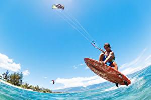 Картинки Серфинг Мужчины Вода Небо Прыжок