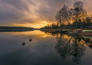 Обои Швеция Рассветы и закаты Озеро Причалы Лодки Деревья Природа картинки
