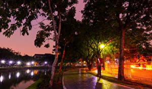 Картинка Таиланд Парки Речка Деревья Ночные Уличные фонари Тротуар Nonthaburi
