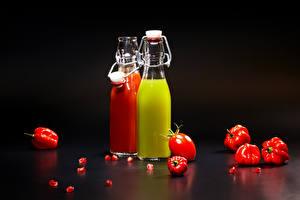 Фото Помидоры Сок Перец Цветной фон Бутылка Двое Пища