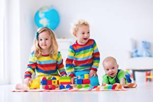 Фото Игрушки Девочка Мальчики Грудной ребёнок Счастливые Втроем ребёнок