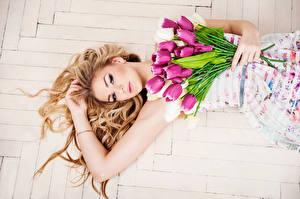 Обои Тюльпаны Блондинка Красивые Девушки