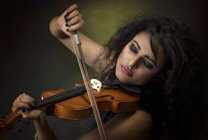 Картинки Скрипки Брюнетка