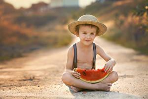 Фото Арбузы Мальчики Сидит Шляпа Взгляд Ребёнок