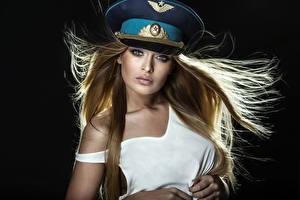 Фото Черный фон Русые Лицо Смотрит Шляпа Красивые Девушки