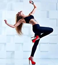 Фото Шатенка Танцует Ноги Руки Туфли Девушки