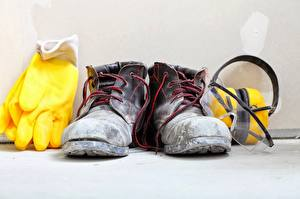 Фото Вблизи Ботинки Перчатки Наушники Шнурки