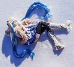 Фото Крупным планом Кукла Сапоги Снег Красивые Девочки