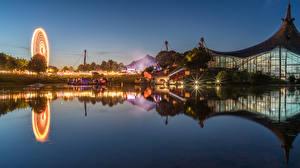 Обои Германия Мюнхен Дома Пруд Вечер Колесо обозрения Отражение Olympiapark