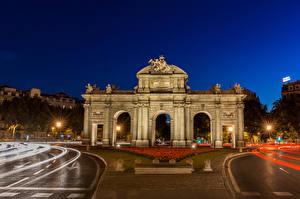 Фотография Мадрид Испания Скульптуры Дороги Городская площадь Ночные Арка Puerta de Alcala Города