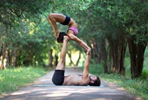 Фотография Мужчины Гимнастика 2 Физические упражнения Руки Ноги Девушки