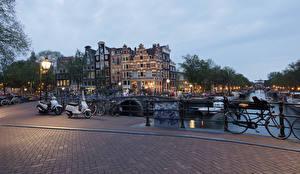 Обои Нидерланды Амстердам Здания Мосты Вечер Ограда Велосипед Уличные фонари
