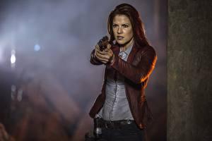 Обои для рабочего стола Обитель зла 6: Последняя глава Пистолет Ali Larter Claire Redfield кино Знаменитости Девушки