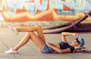 Фотографии Скейтборд Кепка Ноги Шорты Очках Девушки