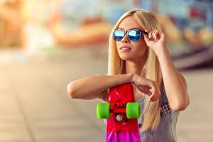 Фотографии Скейтборд Блондинка Очки Руки Девушки