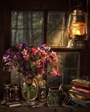 Фото Натюрморт Керосиновая лампа Букеты Песочные часы Ваза Чашка Книга Очки Окно Aquilegia Цветы