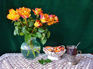 Картинки Натюрморт Розы Чай Конфеты Ваза Стакан