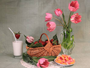 Фотография Натюрморт Тюльпаны Клубника Мармелад Молоко Корзина Ваза Стакан Пища Цветы