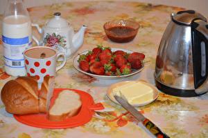 Фотография Клубника Напитки Чайник Хлеб Молоко Завтрак Чашка