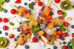Картинки Сладости Мороженое Черешня Черника Клубника Киви Лед